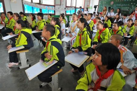 说明: 曹村镇中心小学的孩子们在认真听耿乐老师上课.jpg